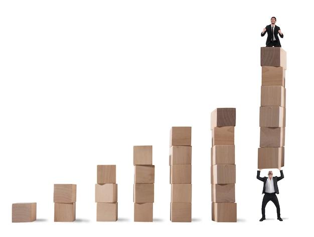 Biznesmen cieszy się z ostatniego kroku statystyki podniesionej przez kolegę