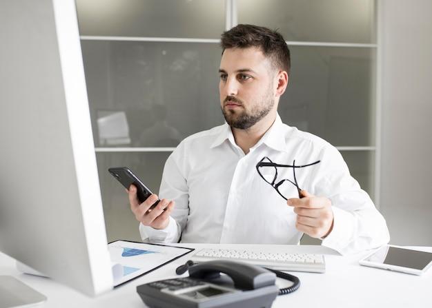 Biznesmen ciężko pracuje w biurze