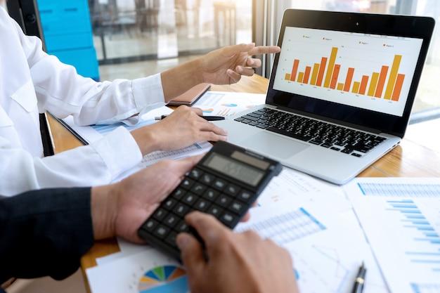 Biznesmen coaching pracowników biurowych