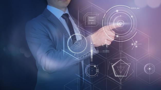 Biznesmen cyfrowego projektowania i abstrakcyjne infografiki na wirtualnym panelu