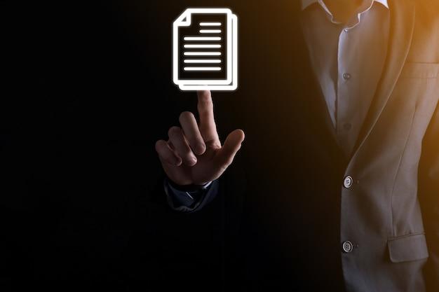 Biznesmen cz?owiek posiadaj?cy ikon? dokumentu wr?ku zarządzanie dokumentami system danych business internet technology concept. firmowy system zarządzania danymi dms .