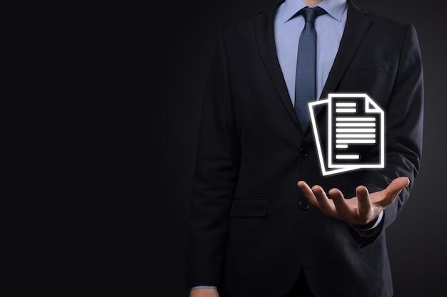 Biznesmen cz?owiek posiadaj?cy ikon? dokumentu wr?ku zarządzanie dokumentami system danych business internet technology concept. korporacyjny system zarządzania danymi dms