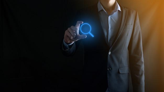 Biznesmen, człowiek, dzierżawa, ręka, lupa, iconbusiness technologia i koncepcja internet