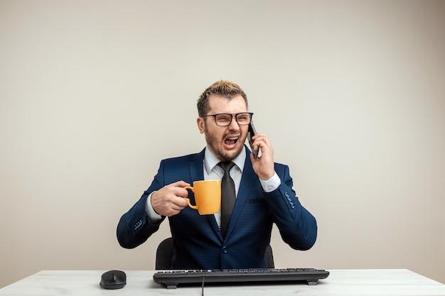 Biznesmen człowiek jest wściekły i zły na komputer, pracownik biurowy wariuje