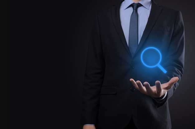 Biznesmen, człowiek, który trzyma w dłoni, oferuje pozytywne rzeczy, takie jak zysk, korzyści, rozwój, csr reprezentowany przez znak plus. ręka pokazuje znak plus.