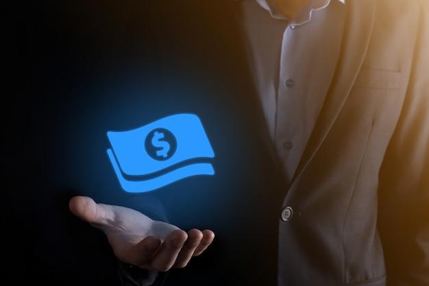 Biznesmen człowiek posiadający ikonę monety pieniądze w jego ręce. rosnące pojęcie pieniędzy na inwestycje biznesowe i finanse. usd lub dolar amerykański na ciemnej ścianie.
