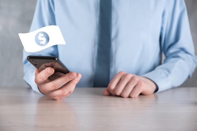 Biznesmen człowiek posiadający ikonę monety pieniądze w jego ręce. rosnące pojęcie pieniędzy na inwestycje biznesowe i finanse. usd lub dolar amerykański na ciemnym tle.
