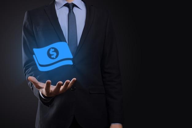 Biznesmen człowiek posiadający ikonę monety pieniądze w jego ręce. rosnące pojęcie pieniędzy na inwestycje biznesowe i finanse. usd lub dolar amerykański na ciemnym tle