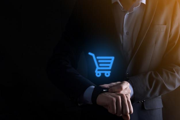 Biznesmen człowiek posiadający inteligentny zegarek wózek koszyk na zakupy