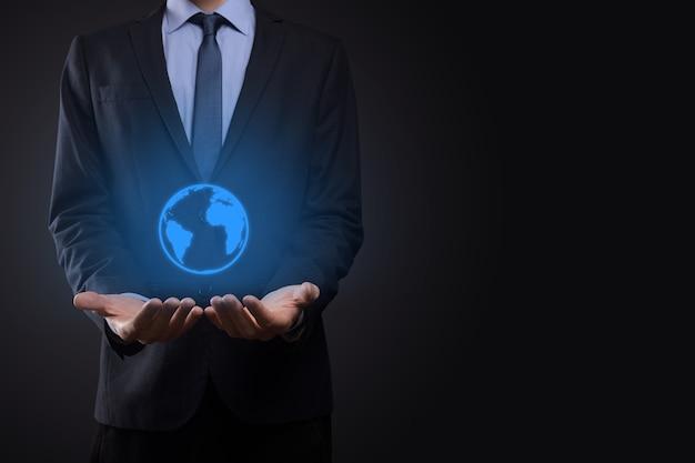 Biznesmen człowiek ręka trzyma ikona ziemi, cyfrowy glob.