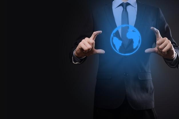 Biznesmen człowiek ręka trzyma ikonę ziemi
