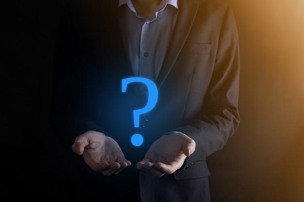 Biznesmen człowiek ręka trzymać interfejs znaki zapytania znak www. zapytaj online, koncepcja faq, co gdzie kiedy, jak i dlaczego, szukaj informacji w internecie.