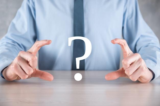 Biznesmen człowiek ręka trzymać interfejs znaki zapytania znak www
