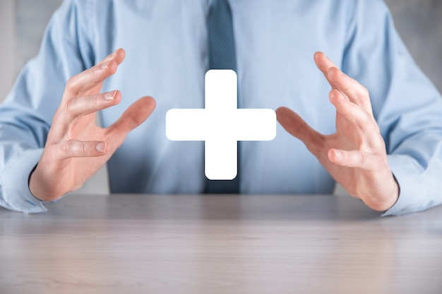 Biznesmen, człowiek trzymać w ręku oferuje pozytywne rzeczy, takie jak zysk, korzyści, rozwój