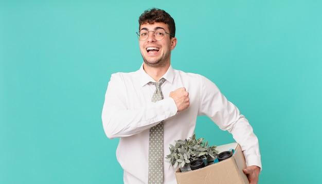 Biznesmen czujący się szczęśliwy, pozytywny i odnoszący sukcesy, zmotywowany, gdy staje przed wyzwaniem lub świętuje dobre wyniki. koncepcja zwolnienia
