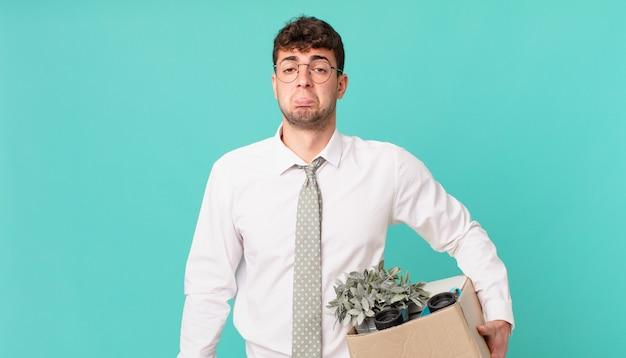 Biznesmen czuje się smutny i marudny z nieszczęśliwym spojrzeniem, płacze z negatywnym i sfrustrowanym nastawieniem. koncepcja zwolnienia