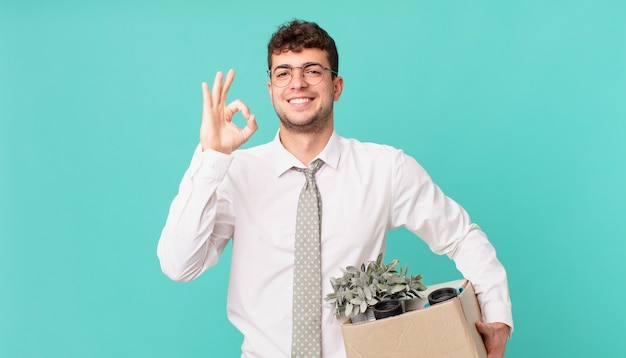 Biznesmen czuje się szczęśliwy, zrelaksowany i zadowolony, okazując aprobatę dobrym gestem, uśmiechając się. koncepcja zwolnienia