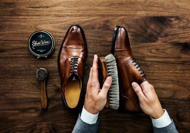 Biznesmen czyści swoje buty