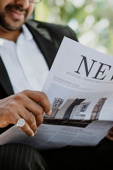 Biznesmen czyta gazetę w kawiarni