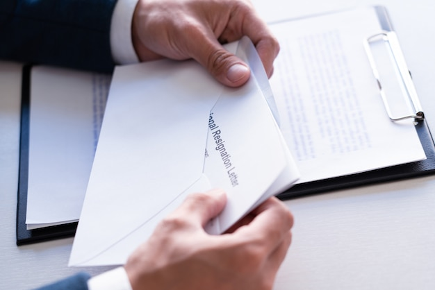 Biznesmen czytanie list rezygnacji