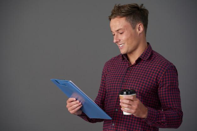 Biznesmen czytanie raportu
