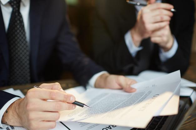 Biznesmen czytanie umowy