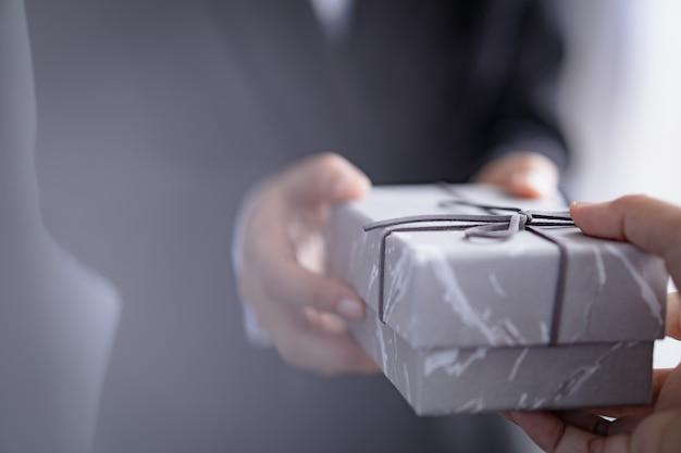 Biznesmen dając pudełko