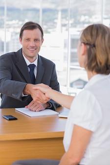 Biznesmen dając uścisk dłoni do kandydata do pracy