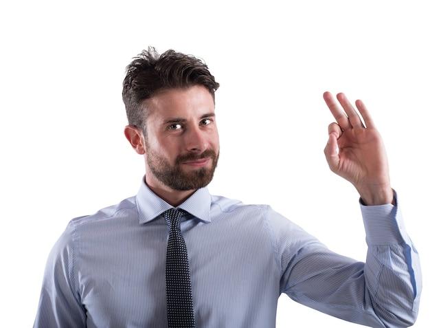 Biznesmen daje ok ręką