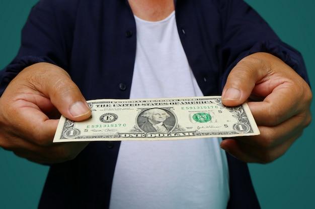 Biznesmen daje pieniądze, stany zjednoczone dolary (usd) rachunki - gotówka