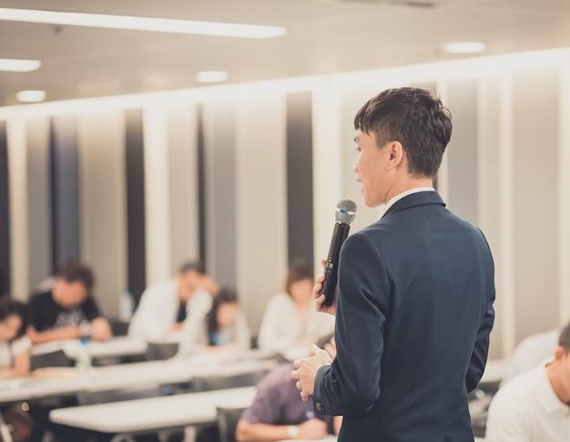 Biznesmen daje rozmowę na korporacyjnej konferencji biznesowej.