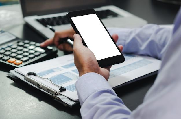 Biznesmen dłoń trzymająca telefon komórkowy z ekranem makiety użyj miejsca, aby umieścić reklamy lub obrazy. koncepcja technologii biznesowej