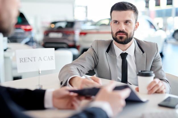 Biznesmen do wynajęcia samochodu