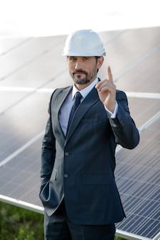 Biznesmen dokonując wyboru na rzecz energii słonecznej.