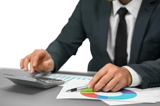 Biznesmen dokonuje obliczeń. obliczanie dochodu. jaki jest zysk. statystyki sprzedaży.