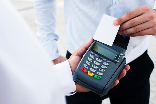 Biznesmen dokonuje płatności kartą