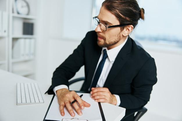 Biznesmen dokumenty w ręku komunikacja przez telefon stylu życia