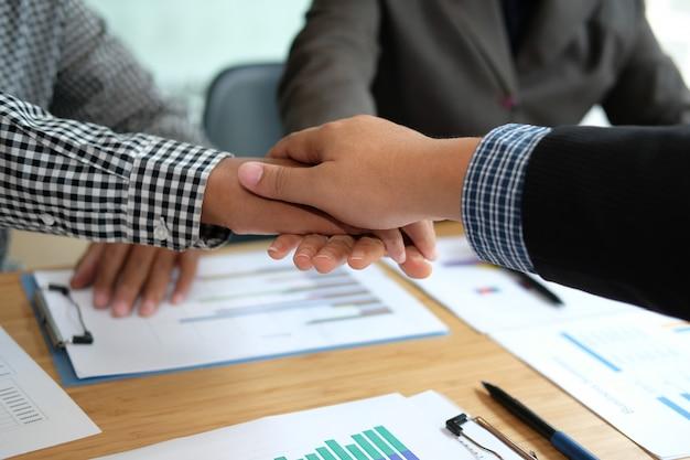 Biznesmen dołącza zjednoczoną rękę, biznes drużyna dotykając ręce razem.