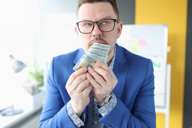 Biznesmen dostaje emocjonalnie wysoki od zapachu pieniędzy i pewności zarobków i biznesu