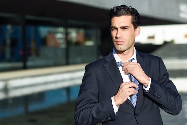 Biznesmen dostosowując jego krawat
