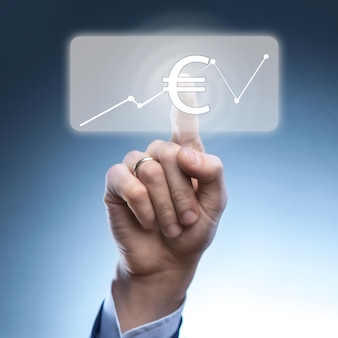 Biznesmen dotknął ikony waluty euro na wirtualnym ekranie finansowym