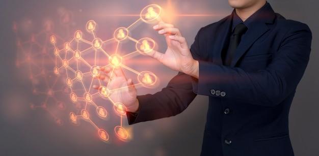 Biznesmen dotyka cyfrowego wirtualnego ekran z podłączeniowymi ludźmi zapina, przywódctwo zarządzania pojęcia ludzie