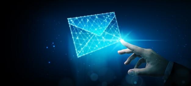 Biznesmen dotyka e-mail wireframe. marketing e-mailowy, newsletter