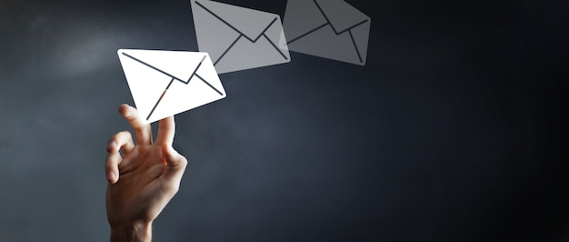 Biznesmen dotyka ikony poczty