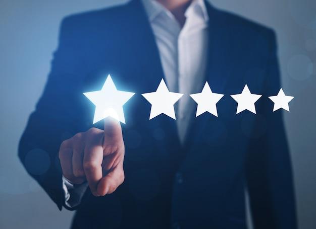 Biznesmen dotyka pięciogwiazdkowego symbolu