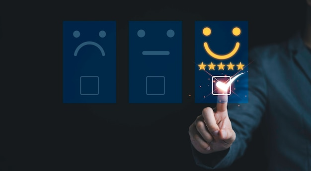 Biznesmen dotyka wirtualnego paska kart, aby klient oceniał produkty i usługi. zadowolenie klienta i koncepcja oceny ankiety marketingowej.