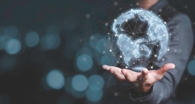 Biznesmen dotyka wirtualnego świata z linią łączącą globalne sieci i koncepcję powiązania technologii transformacji dużych zbiorów danych.
