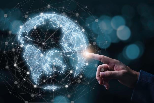 Biznesmen dotyka wirtualnego świata z linią łączącą globalne sieci i koncepcję powiązania technologii.
