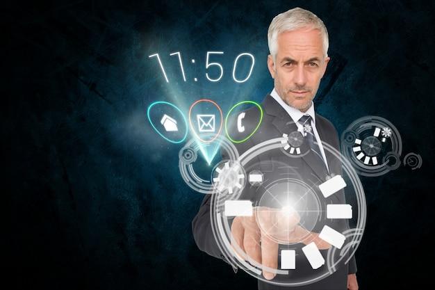 Biznesmen dotykając ekran wirtualny