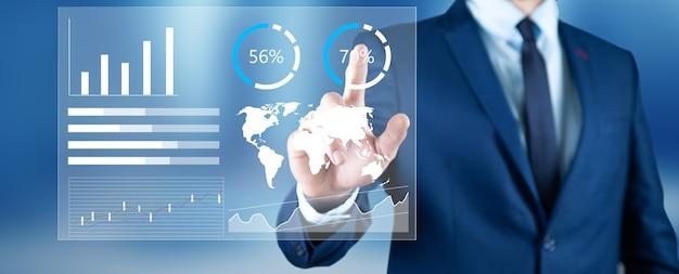 Biznesmen dotykając finansowego pulpitu nawigacyjnego z kluczowymi wskaźnikami wydajności